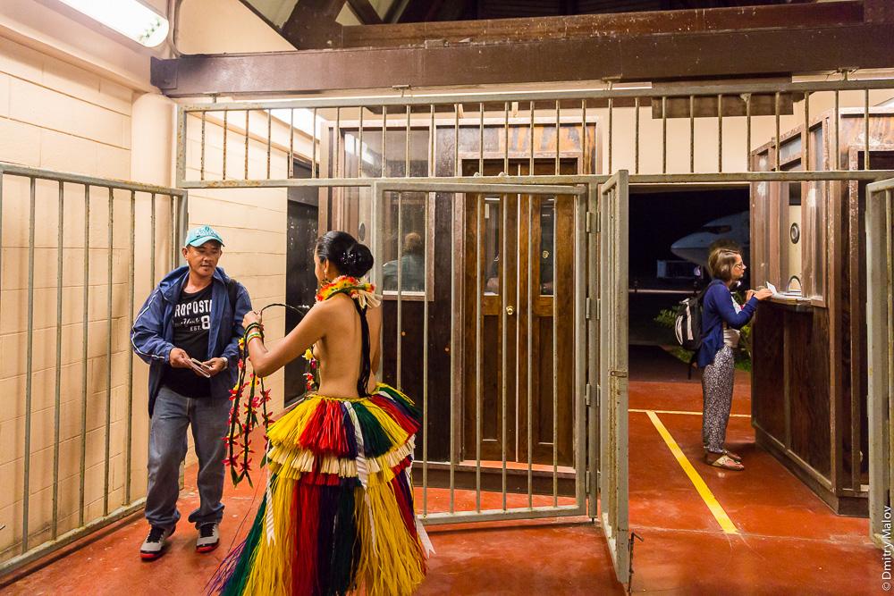 Остров Яп, девушки с обнаженной грудью встречают туристов