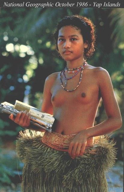 Фотография местной девушки острова Яп с обнаженной грудью (видны сиськи), Микронезия