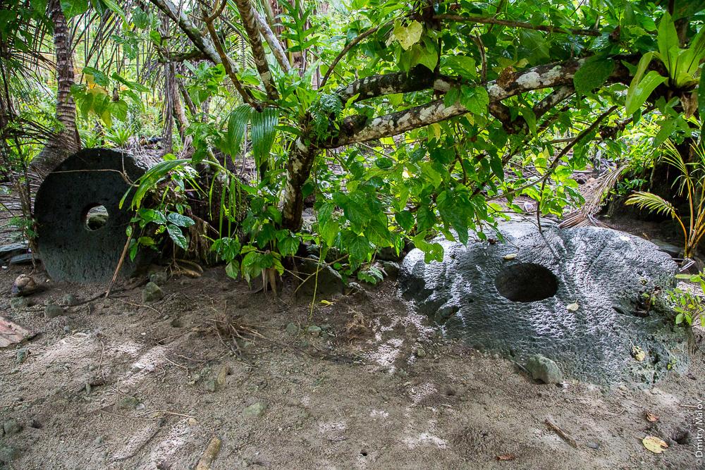 Two stone coins rai in the jungle, Yap Island, Caroline Islands, Federated States of Micronesia. Два камня раи в джунглях, остров Яп, Каролинские острова, Федеративные штаты Микронезии.