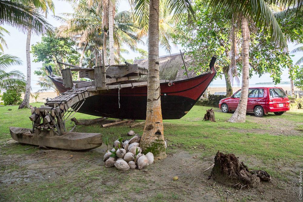 Huge sea/ocean going outrigger canoe (compared to a modern car), Yap Island, Caroline Islands, Federated States of Micronesia. Громадное океанское каное с балансиром, рядом машина для сравнения, остров Яп, Каролинские острова, Федеративные штаты Микронезии