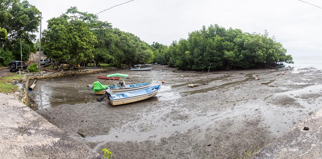 Марина в Палау в отлив. Лодки на песке. A marina in Palau in low tide. Boats on the sand