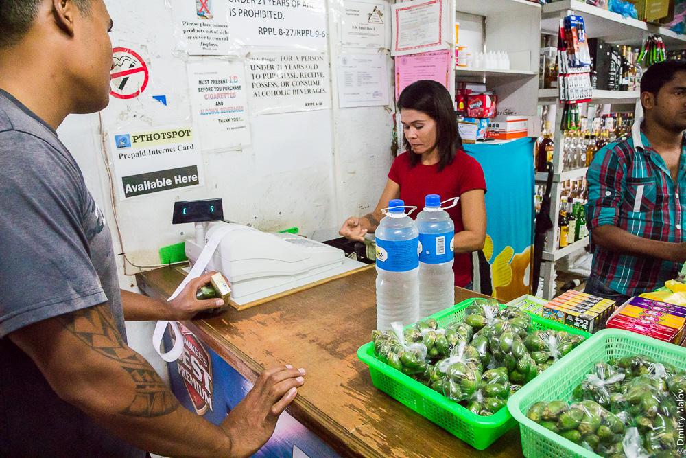 Внутри магазина. Продажа бетеля. Корор, Палау. Inside a store. Betel nut on sale. Koror, Palau.