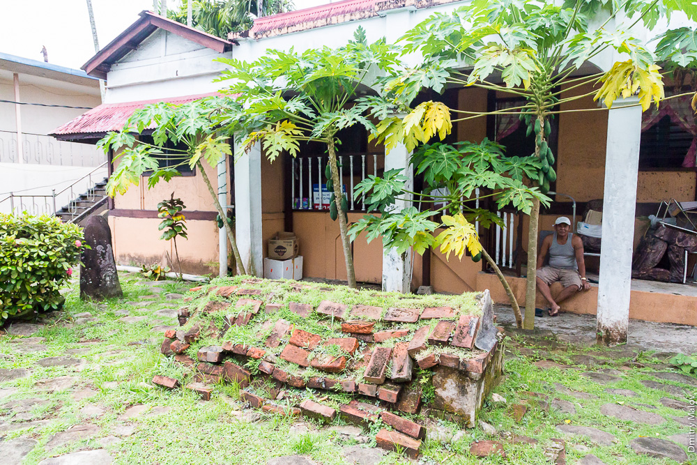 Могила во дворе на главной улице, Корор, Палау. A Grave in the courtyard on the main street, Koror, Palau