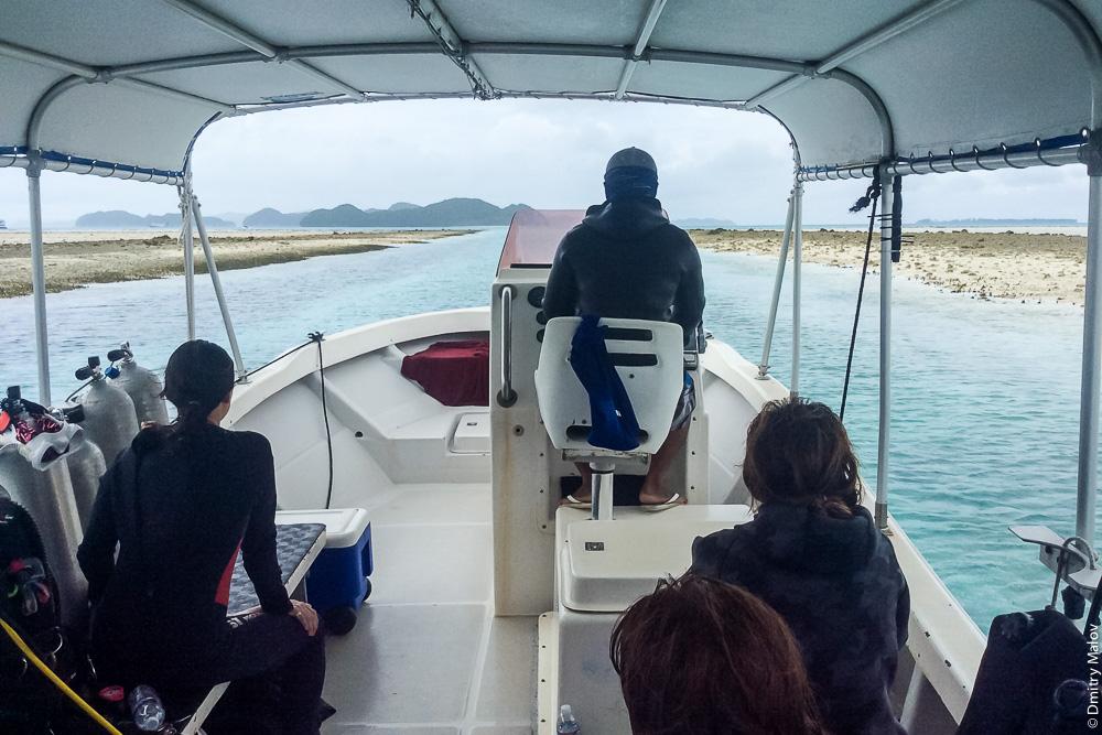 Дайверы в лодке плывут на Скалистые острова, Палау. Divers on a boat heading to Rock islands, Palau