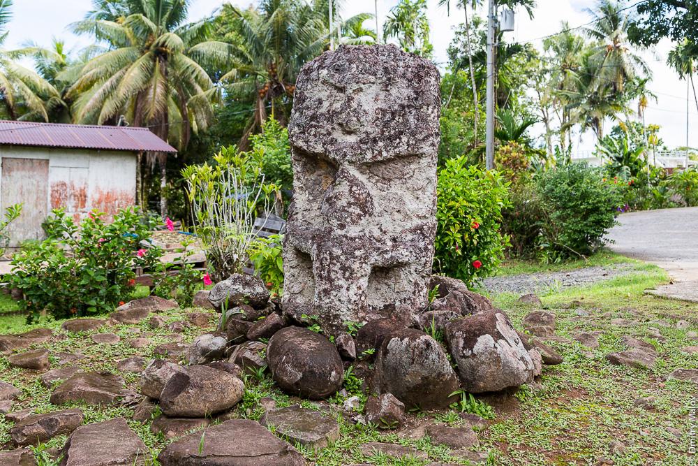 Истукан Мать и дитя, Корор, Палау. Mother and Child stone/monolith/tiki, Ngermid, Koror, Palau