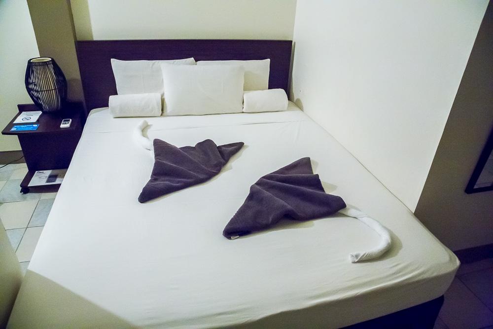 Скаты скрученные из полотенец в гостиничной комнате DW Motel, Корор, Палау. Skates fishes rolled of towels on a bed, inside a room of DW Motel, Koror, Palau.