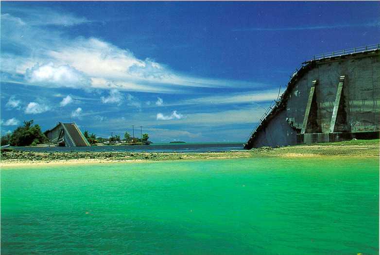 Koror–Babeldaob Bridge after the collapse, Palau. Мост Корор-Бабелтуап после оборушения, Палау