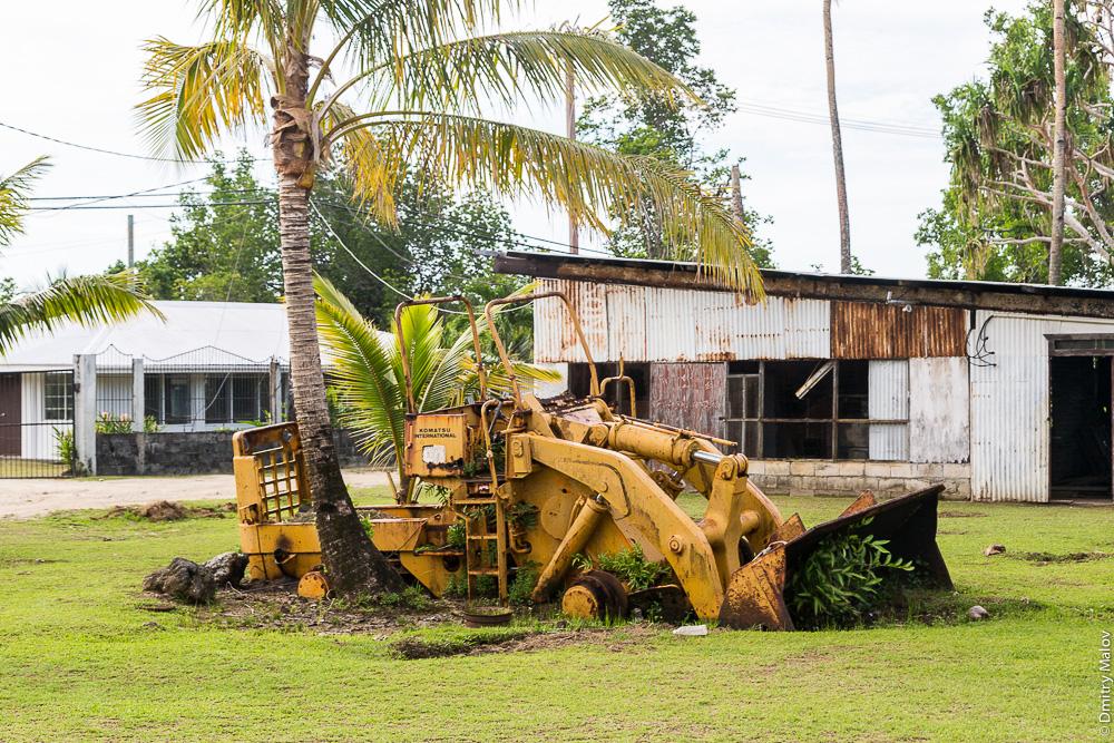Машина зарастает, джунгли. Вокруг острова Вено, штат Трук (Чуук), Каролинские острова, Микронезия. Road around Weno, Truk/Chuuk, Caroline Islands, Micronesia. Abandoned machinery.