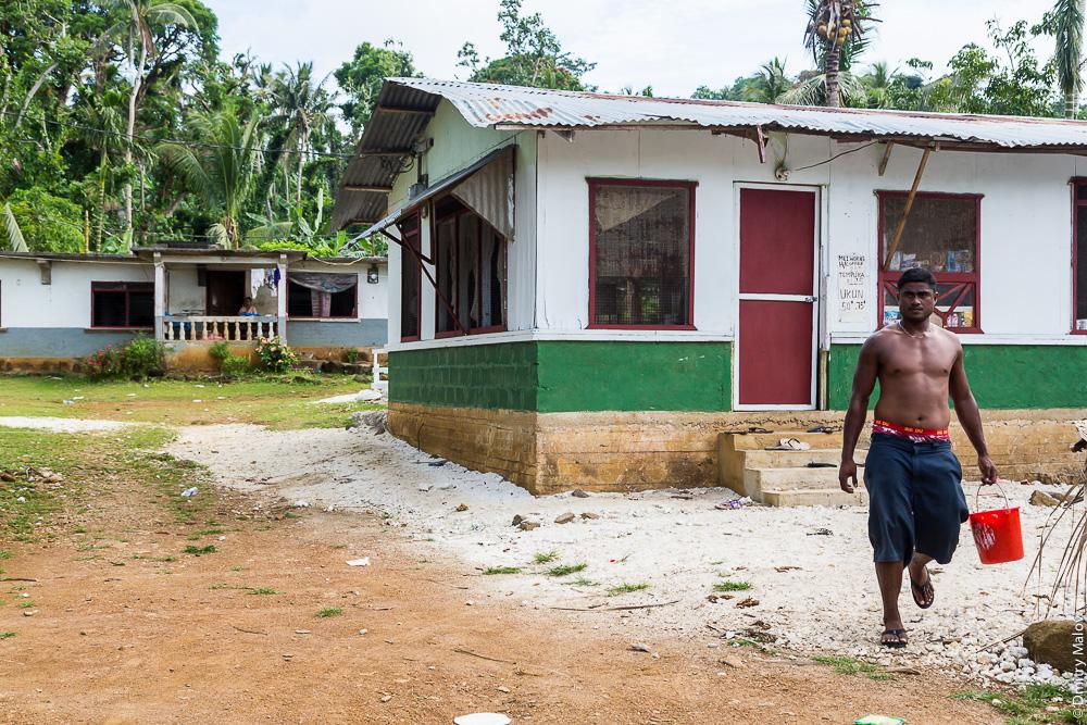 Местный житель. Деревня, остров Вено, штат Трук (Чуук), Каролинские острова, Микронезия. Local native guy. A village on Weno Island, Truk/Chuuk, Caroline Islands, Micronesia.