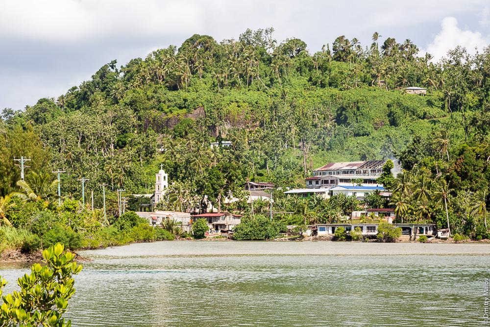 Деревня, остров Вено, штат Трук (Чуук), Каролинские острова, Микронезия. A village on Weno Island, Truk/Chuuk, Caroline Islands, Micronesia.