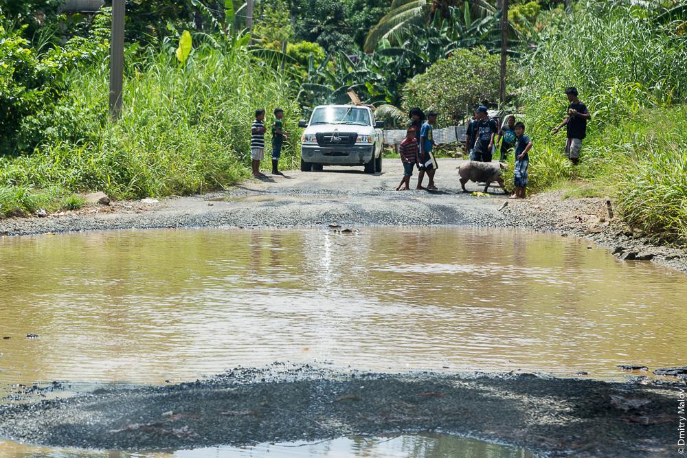 Дорога вокруг острова Вено, штат Трук (Чуук), Каролинские острова, Микронезия. Road around Weno, Truk/Chuuk, Caroline Islands, Micronesia.