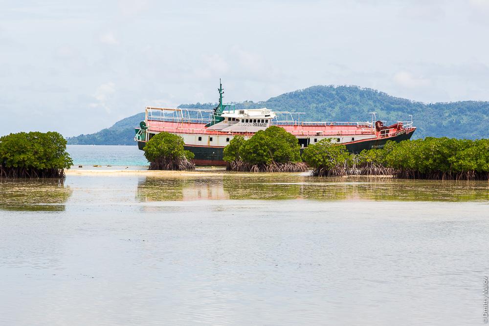 Остов корабля в лагуне Трук (Чуук), Микронезия. Shipwreck, Truk/Chuuk Lagoon, Caroline Islands, Micronesia.