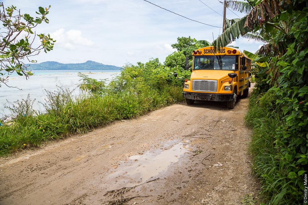 Школьный автобус, дорога вокруг острова Вено, штат Трук (Чуук), Каролинские острова, Микронезия. School bus, Road around Weno, Truk/Chuuk, Caroline Islands, Micronesia.
