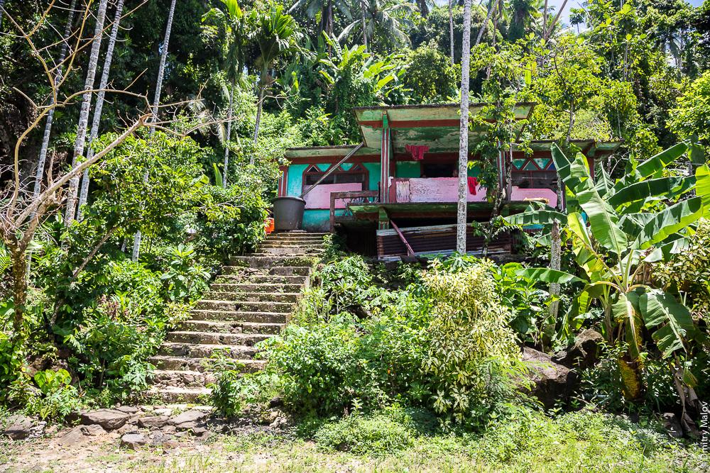 Деревенский дом, остров Вено, штат Трук (Чуук), Каролинские острова, Микронезия. Country house on Weno Island, Truk/Chuuk, Caroline Islands, Micronesia.
