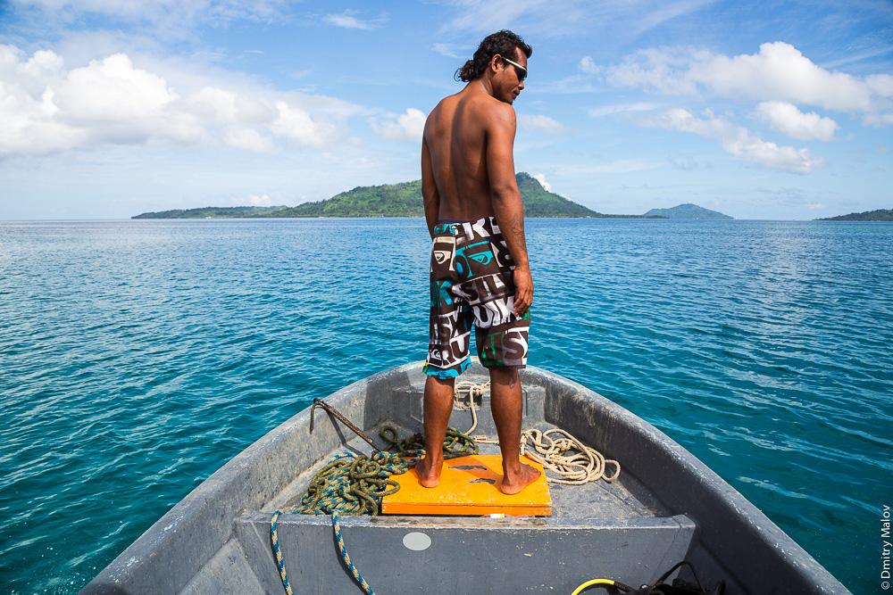 Местный житель острова Вено, Микронезия на лодке в лагуне Трук (Чуук). Truk/Chuuk Lagoon, Caroline Islands, Micronesia.