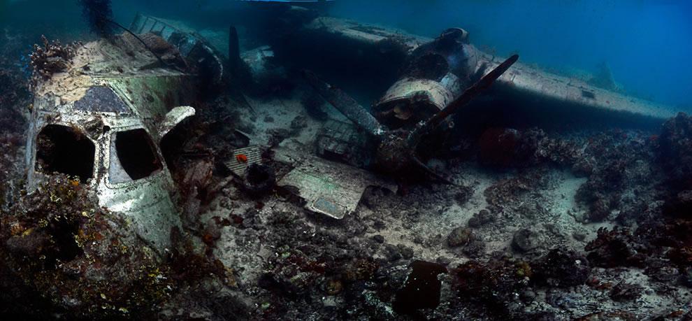Затонувший самолёт под водой лагуны острова Трук (Чуук), Микронезия