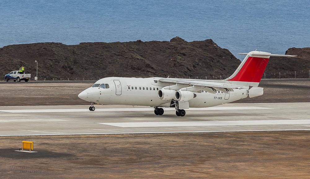 First in history Avro RJ100 T7-IXS landing on Saint Helena Island Airport; первый в истории Avro садится в аэропорту острова Святой Елены