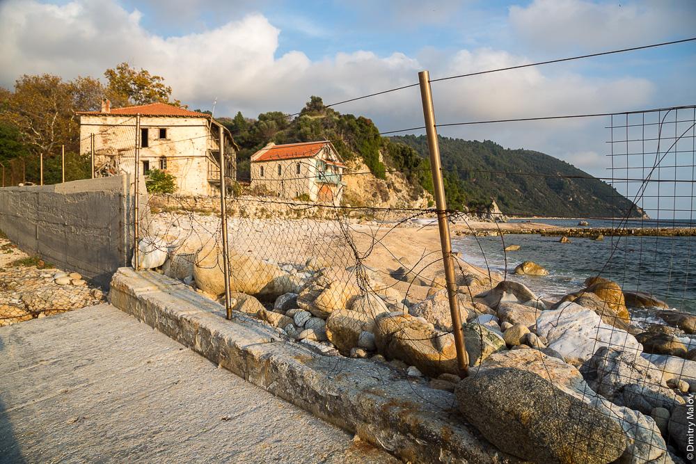 Наземная граница Святой Горы Афон с Грецией, заграждения из проволоки