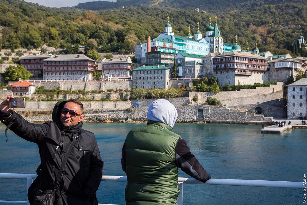 Паломники на фоне русского Свято-Пантелеймонова монастыря, Святая Гора Афон
