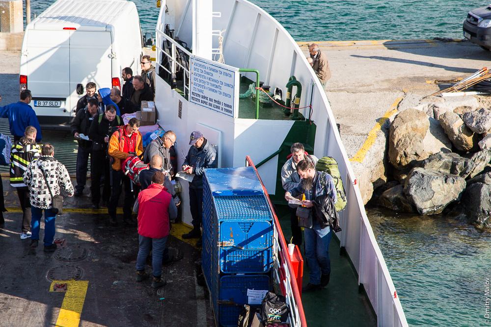 Проверка диамонитирионов при посадке на паром на Святую Гору Афон, порт Уранополис, Греция