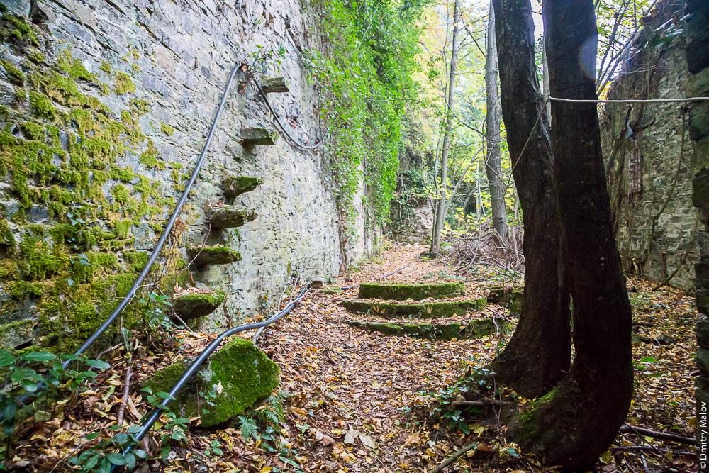 Тропа, лестница, дорога, развалины на Святой Горе Афон около города Карея (Кариес)