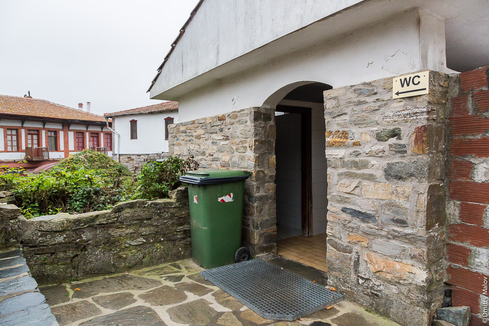 Общественный туалет на Афоне с единственной дверью - мужской