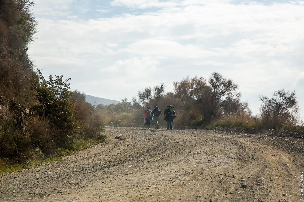 Грунтовая дорога на Святой Горе Афон; паломники идут пешком