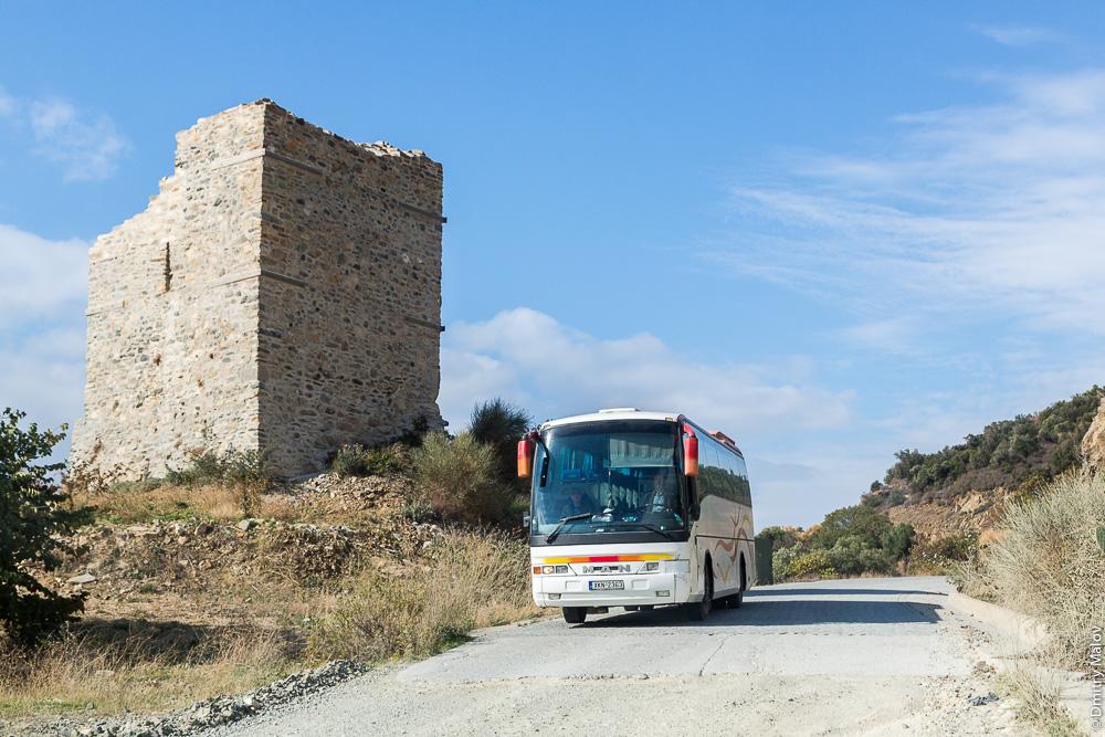 Дорога и башня на Святой Горе Афон; едет автобус с паломниками
