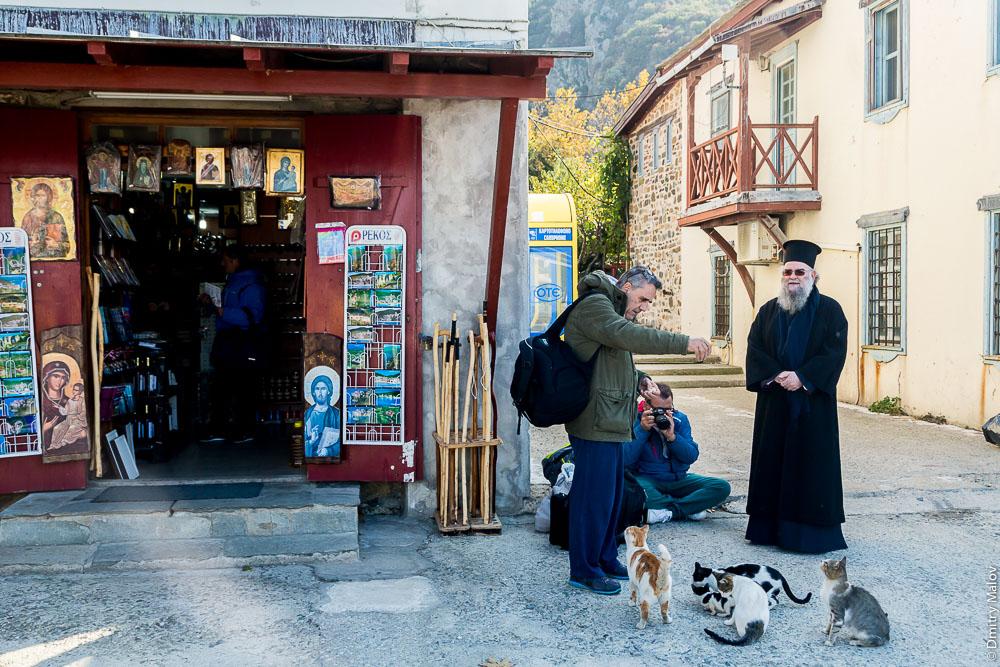 На улицах пристани Дафни, Святая Гора Афон: торговля; магазин; монахи и паломники кормят котов