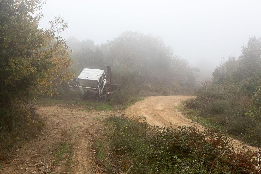 Брошенный грузовик на грунтовке на Святой Горе Афон