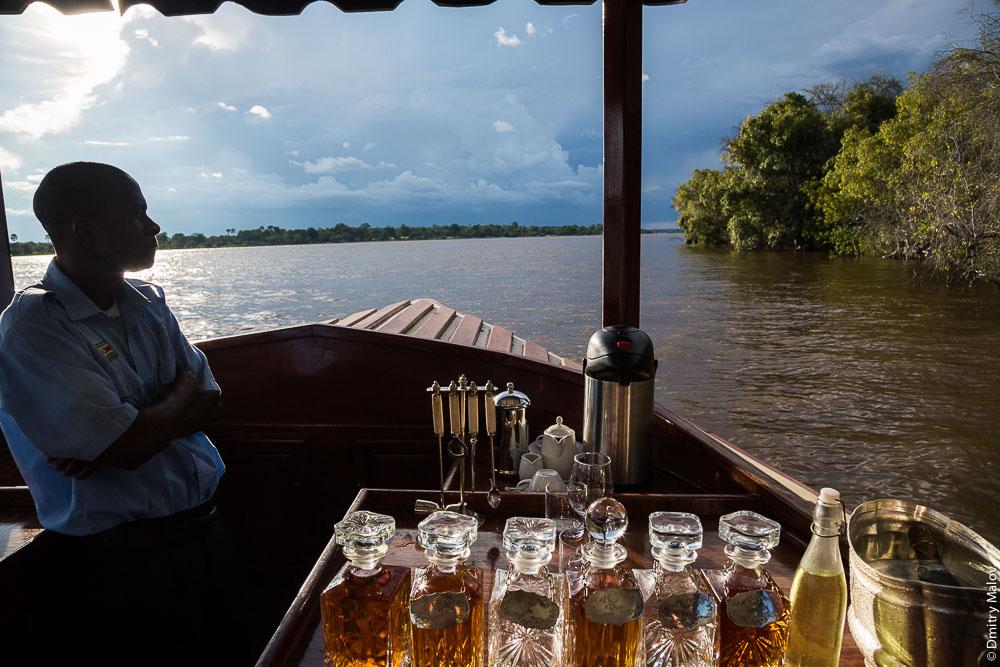 Zambezi river cruise near Victoria Falls, Zambia, Zimbabwe. Круиз по Замбези около водопада Виктория, Замбия, Зимбабве