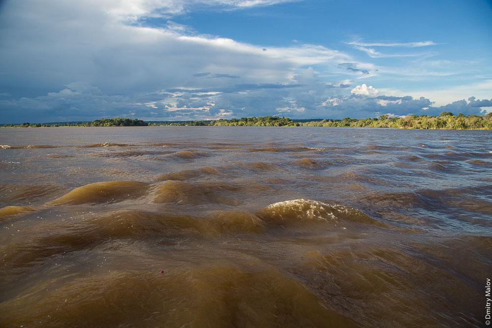 Zambezi river near Victoria Falls, Zambia, Zimbabwe. Круиз по Замбези около водопада Виктория, Замбия, Зимбабве