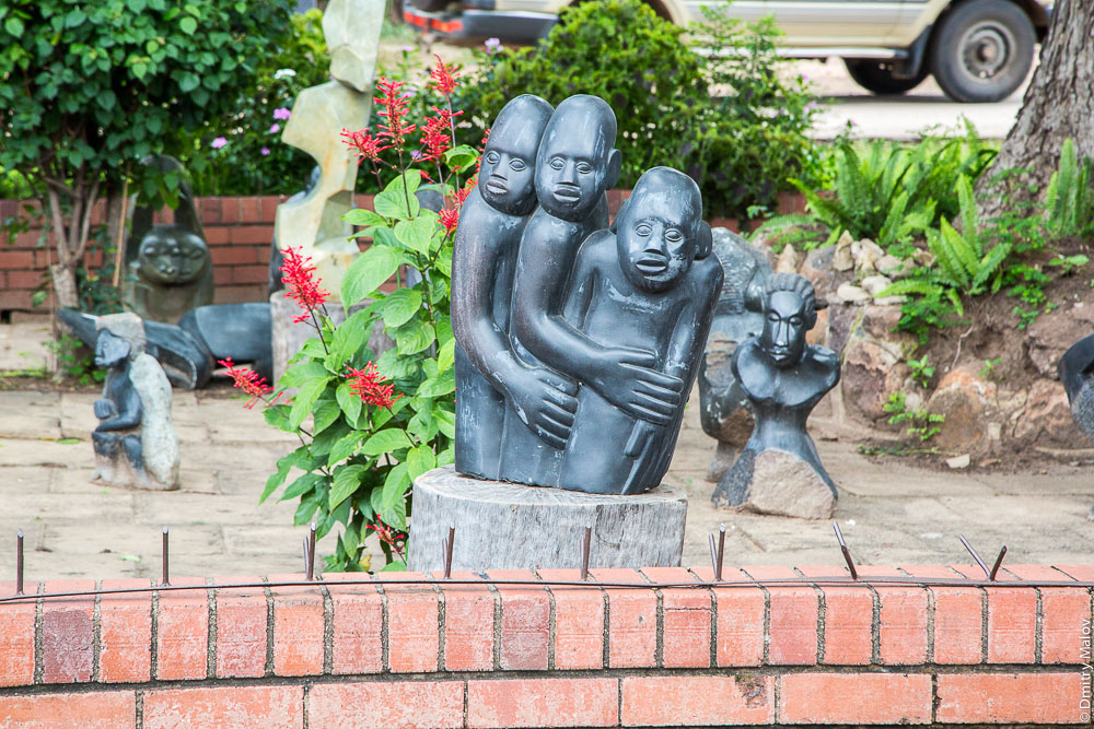 Souvenirs vending, Victoria Falls, Zimbabwe. Продажа сувениров, Виктория-Фолс, Зимбабве