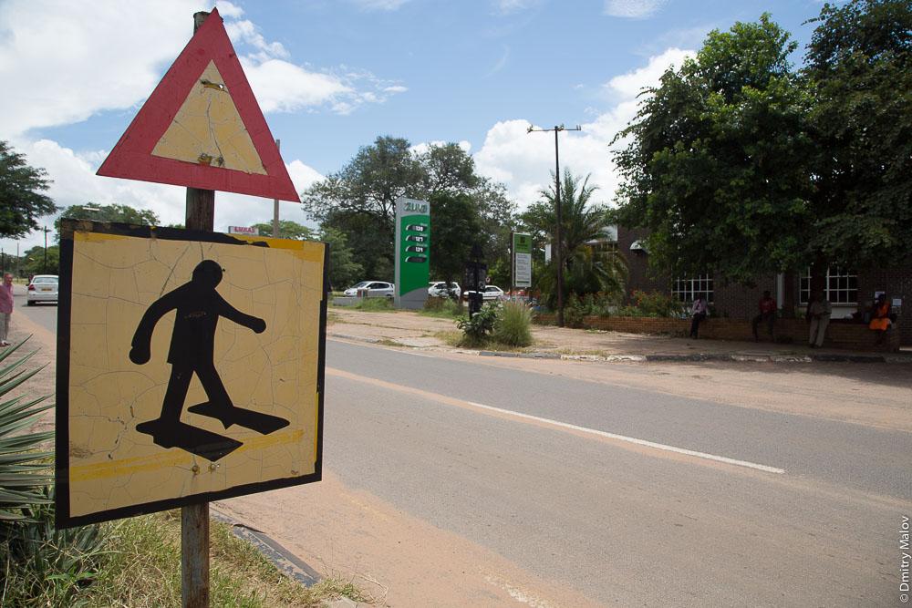 """Pedestrian crossing warning road sign. Victoria Falls town centre, Zimbabwe. Дорожный знак """"Пешеходный переход"""", Виктория-Фолс, центр города, Зимбабве"""