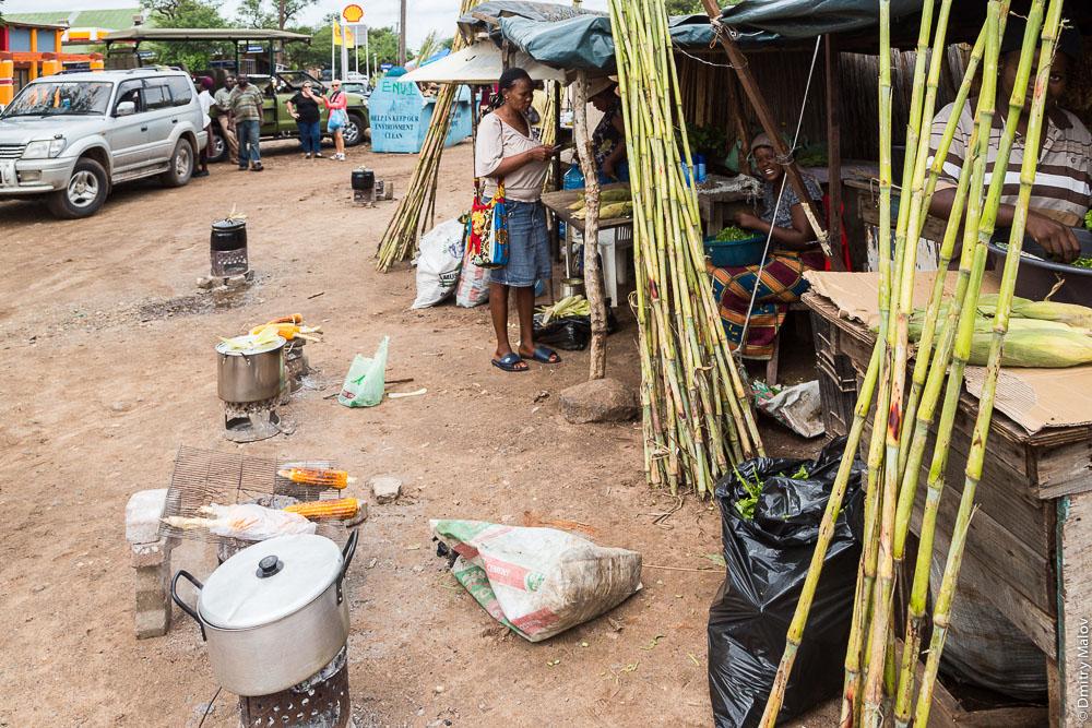 African market, boiled corn sales, Kasane town on Chobe river, Botswana. Город Касане на реке Чобе, Боствана, Африка - рынок, продажа варёной кукурузы
