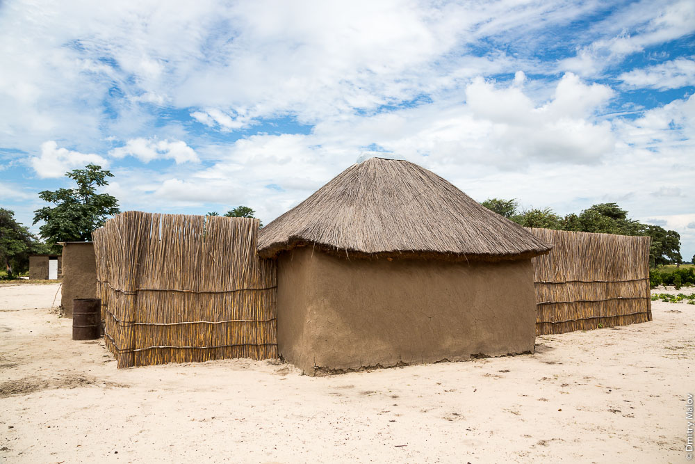Lozi people African traditional house near the town of Katima Mulilo, Caprivi strip, Namibia. Традиционный африканский дом народности лози, полоса Каприви, Катима-Мулило, Намибия