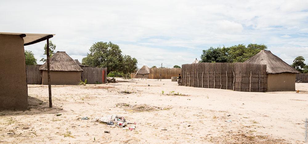 Lozi people African traditional houses/village near the town of Katima Mulilo, Caprivi strip, Namibia. Традиционный африканские дома/деревня народности лози, полоса Каприви, Катима-Мулило, Намибия