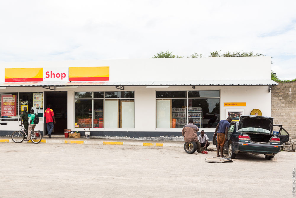 Shell gas station and shop, in Bukalo near the town of Katima Mulilo, Caprivi strip, Namibia, Africa. Заправка и магазин Шелл, полоса Каприви, в Букало около Катима-Мулило, Намибия, Африка