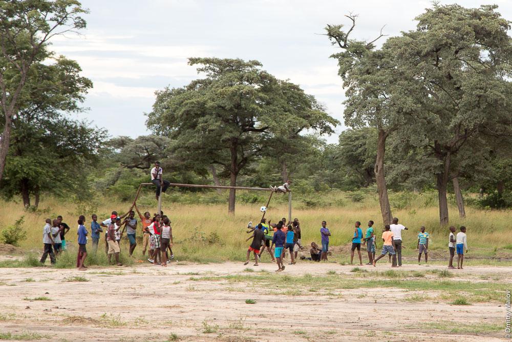 African lozi kids playing soccer/football. Katima Mulilo town, Caprivi strip, Namibia, Africa. Полоса Каприви, город Катима-Мулило, Намибия, Африка. Африканские дети народности лози играют в футбол