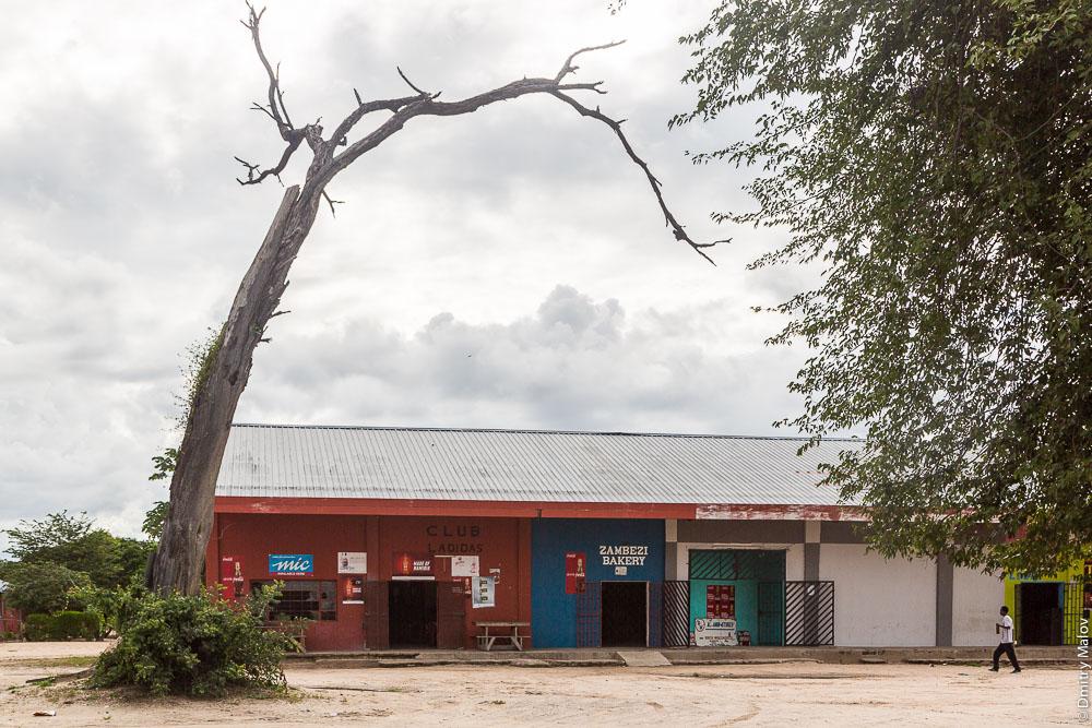Club Ladidas. Zambezi bakery. Mic. Shops, stores, Katima Mulilo town, Caprivi strip, Namibia, Africa. Полоса Каприви, город Катима-Мулило, Намибия, Африка. Магазины.