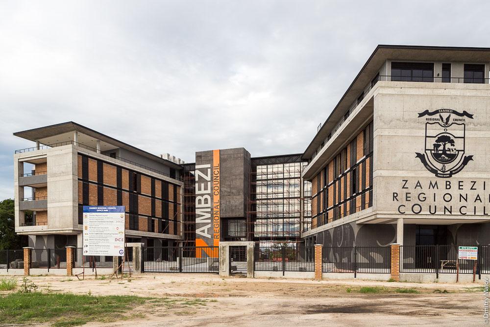 Zambezi regional council building under construction. On streets of Katima Mulilo town, Caprivi strip, Namibia, Africa. Полоса Каприви, город Катима-Мулило, Намибия, Африка. Строиящееся здание Регионального совета региона Замбези