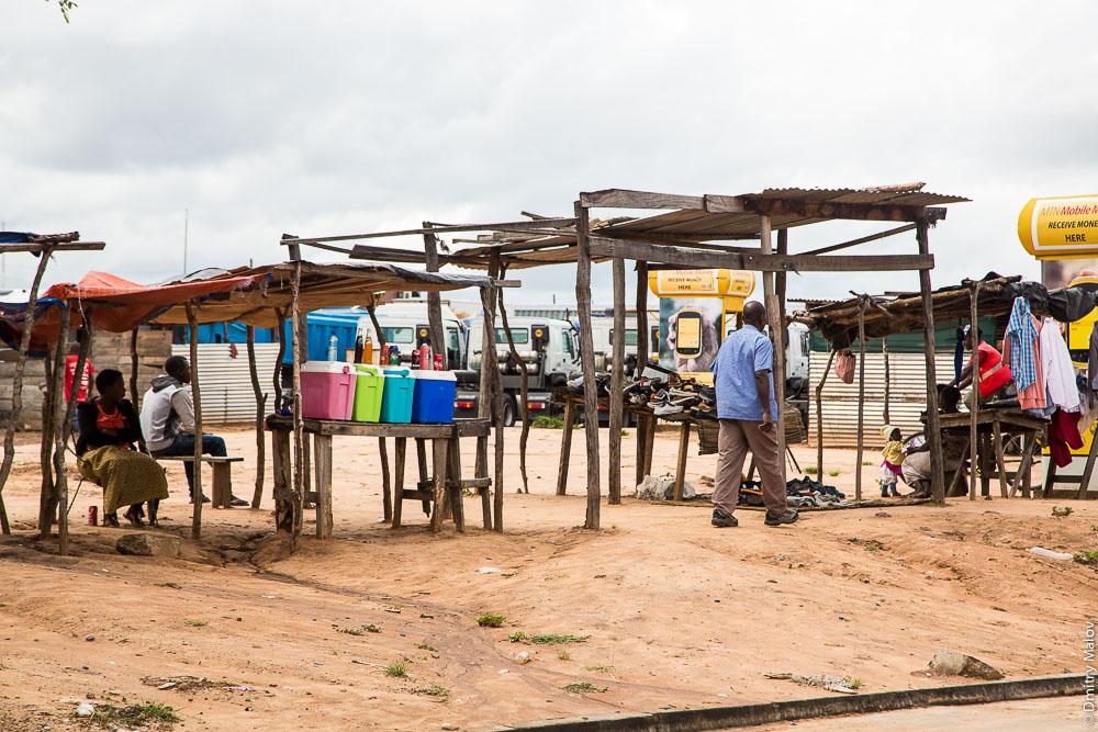 Zambia-Namibia border, Africa, Katima Mulilo border post near Sesheke town, black people, african market. Граница Намибии и Замбии, пограничный пост Катима-Мулило около города Сешеке. Торговля с рук. Африка