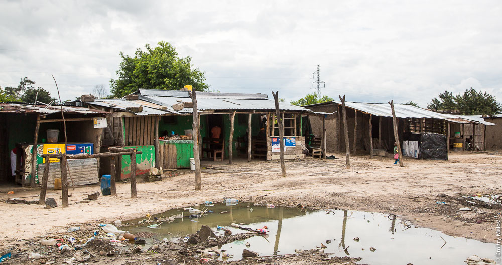 Shops by M10 road Zambia, Barotseland, Sesheke town - Livingstone, Africa. Трасса Сешеке-Ливингстон, Баротселенд, Замбия, Африка. Придорожные магазины.