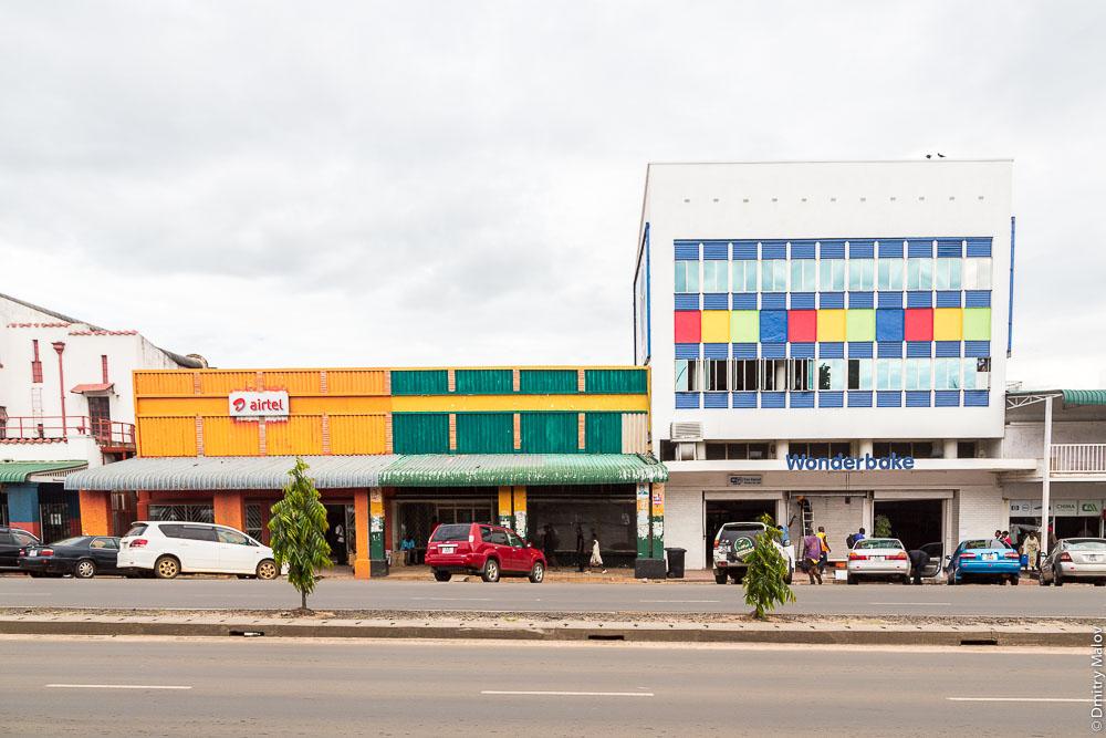 Город Ливингстон, Замбия. Центр, на главной улице. Livingstone city downtown, Zambia, town centre, on the main street. Airtel. Wonderbake.