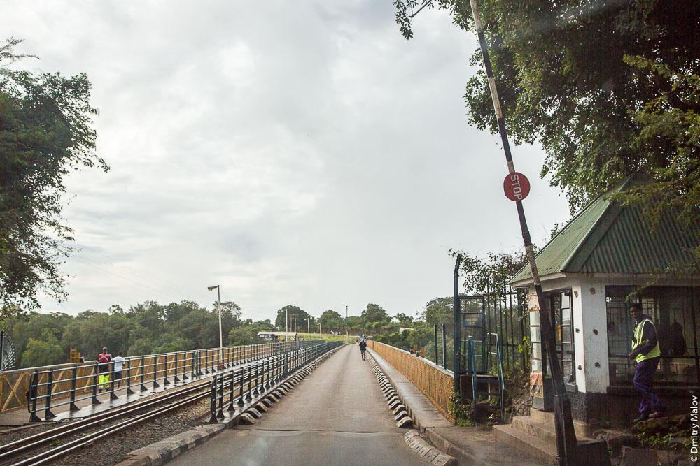 Мост через водопад Виктория, КПП, река Замбези, Замбия, Зимбабве. Victoria Falls bridge checkpoint, Zambezi river, Zambia, Zimbabwe