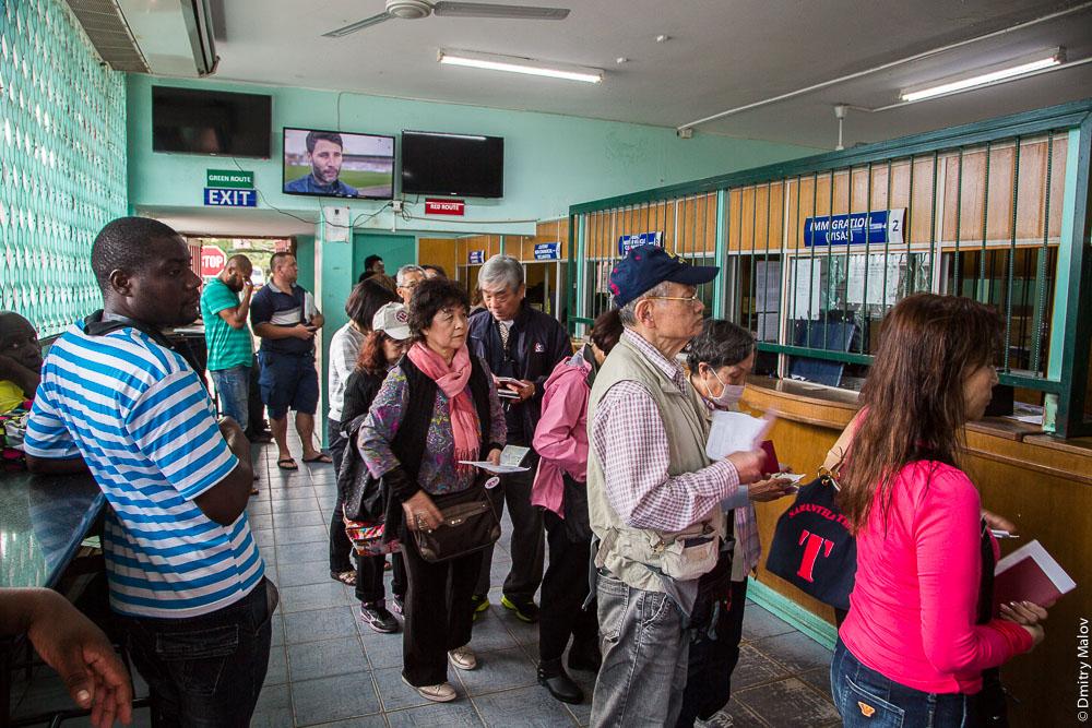 Asian/japanese/chinese tourists. Victoria Falls Border Post, Zimbabwe side. Азиатские (японские, китайские туристы). Пограничный переход у моста через водопад Виктория, зимбабвийская сторона, Зимбабве