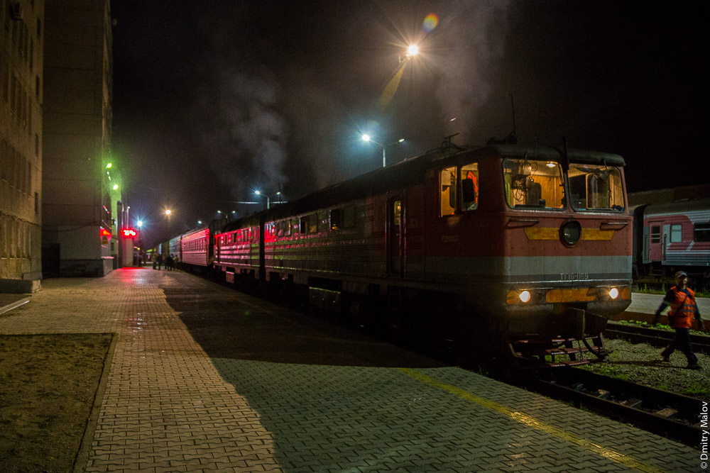 Ночь. Поезд №1 Южно-Сахалинск — Ноглики. Тепловоз ТГ16. Night Express train 1 Yuzno-Sakhalinsk — Nogliki, Sakhalin, Russia. Diesel locomotive TG16. 069-Б.
