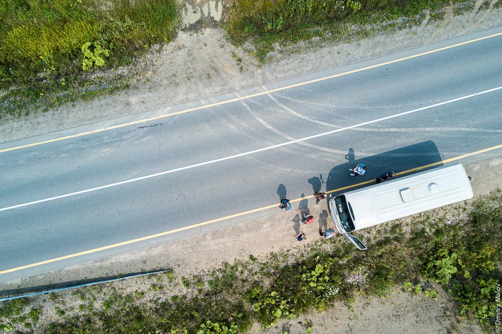 Туристы и микроавтобус, вид с воздуха. Сахалин, Россия. Tourists and a minibus, aerial view. Sakhalin, Russia.