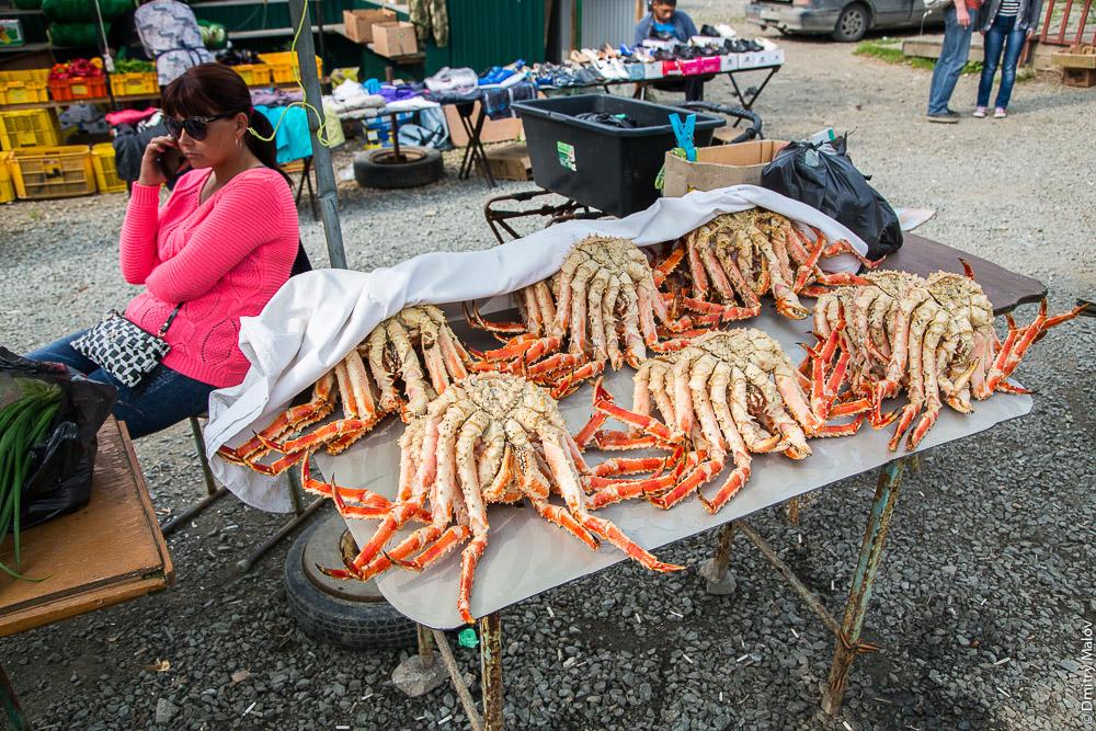 Уличный рынок, женщина продаёт крабов. Станция Взморье, Сахалин. Vzmorye station, Sakhalin, Russia. Street vending, a lady selling crabs