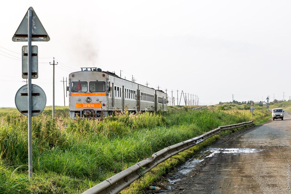 Дизель-поезд Д2-010, Южный Сахалин между Томари и Холмском. Diesel train D2-010, Southern Sakhalin between Tomari and Kholmsk, Russia.